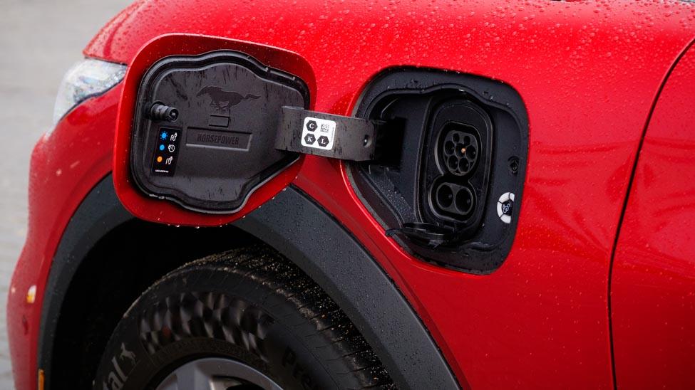 Laadaansluitingen elektrische Mustang, Mustang-logo in klepje, linkervoorscherm