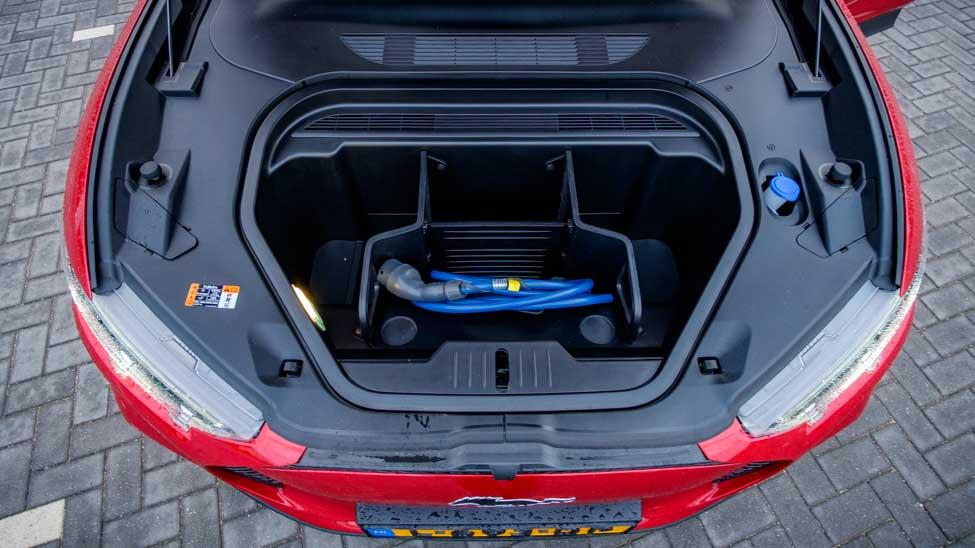80 liter Frunk Ford Mustang Mach E, met blauwe laadkabel